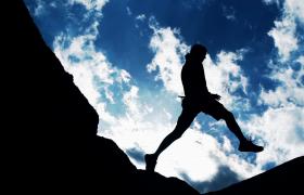 逆光拍攝三段攀登者勇敢攀越山峰視頻素材