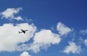 高清仰拍蔚蓝天空下飞机快速行驶实拍视频素材