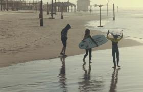 带着冲浪板海边散步的的孩子们实拍视频素材