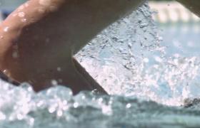 慢動作泳池游泳濺起水花手部特寫視頻素材參考