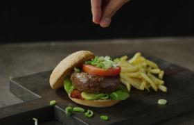 高清实拍汉堡上撒上葱花美食视频素材