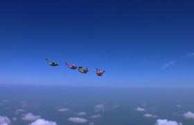 四人高空跳傘畫面刺激壯觀實拍視頻素材下載