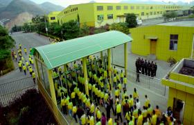 實拍工人穿著統一工廠產品生產視頻素材