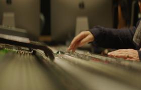 高清拍摄录音室调音手部特写视频素材参考