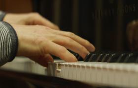实拍双手优雅拂在钢琴上弹奏音乐视频素材
