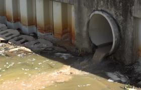 污水廢水排出下水道進入河流高清實拍視頻