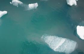 超清俯拍海洋中漂浮的巨大冰塊視頻素材