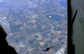 实拍跳伞爱好者兴奋的从飞机跳出瞬间热血沸腾