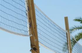 特写拍摄沙滩上男子正在进行沙滩排球运动视频素材下载