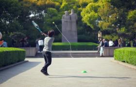 摩托輪游樂場邊公園內下棋打羽毛球特寫視頻素材下載