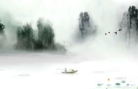 云雾四起的河面漂浮着的一艘小船上一人独钓古风视频素材参考