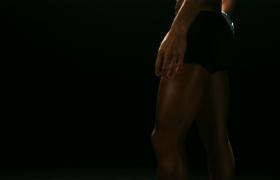 身穿藍色運動衣的女子排球運動員拿排球特寫高清視頻素材