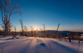 唯美延时拍摄雪山阳光照射树影变化视频素材下载