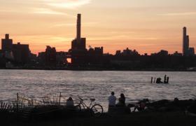 實拍晨光下的城市人物剪影視頻素材