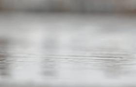 背景虚化雨水坑涟漪不断高清视频素材