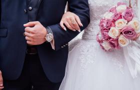 温暖浪漫的全屏动态枫叶掉落效果婚礼婚庆图文展示PR模板