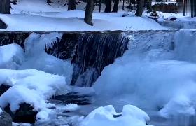 实拍纯洁安静冬季自然风光雪景融化小溪循环视频下载