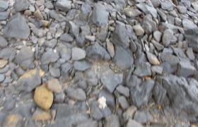 第一视角人在乱石滩上行走高清实拍视频素材
