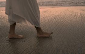 人優雅行走在沙灘上腳部特寫HD視頻素材下載