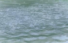 雨点滴落流水中溅起美丽水花12秒HD视频素材