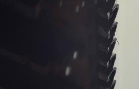 断了线的水珠持续从屋檐上弹落MP4视频素材下载