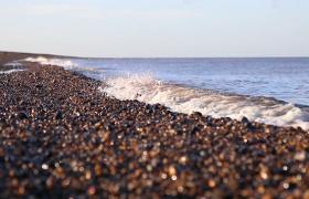 高清特寫沙灘海水翻涌前進唯美實拍視頻素材