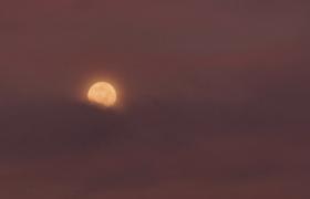延时拍摄圆月黑色云雾渐渐遮掩美丽月夜实拍视频
