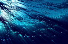 海底视觉角度光束穿过荡漾起伏的海面唯美震撼高清视频