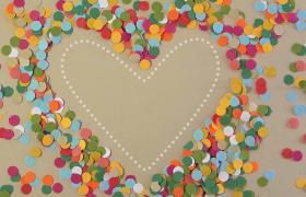彩色圓形小碎片吹散成心形圖案創意婚慶背景視頻