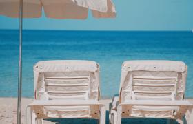 夏日海灘度假干凈沙灘日光浴床4K實拍視頻素材