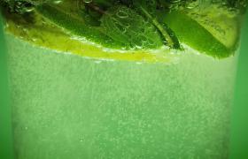 高清特寫青檸檬飲料氣泡上浮夏日飲品實拍視頻