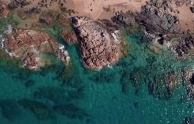 無人機俯拍巖石海岸晴朗夏日美景4K實拍視頻