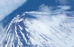 空中俯拍白霧遮掩的富士雪山日本旅游景點實拍視頻