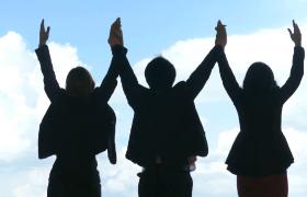 清新藍天背景商界人士剪影攜手歡樂共舉MOV高清視頻素材
