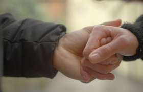 特写恩爱夫妇紧握手温馨感人实拍视频素材