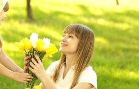 母亲节素材国外萌娃送花给妈妈甜蜜暖心实拍视频