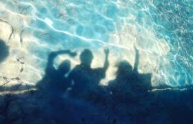 清爽夏日暑假風透明水面揮舞的人物陰影MOV實拍視頻素材