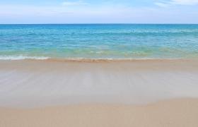 清涼夏日風淡藍清澈海水海灘上翻滾高清實拍視頻下載