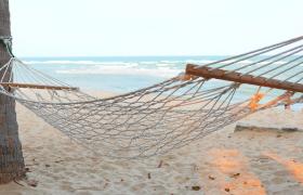 度假吊床微風飄拂擺動清新海邊夏日風實拍視頻素材