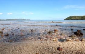 特寫海浪緩慢沖向巖石沙灘海邊夏日風情mov實拍視頻