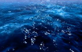 无数雨滴飘落蔚蓝海水汹涌翻滚海上暴风雨震撼视频素材
