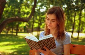 清新户外树林女孩集中看书悠闲生活实拍视频