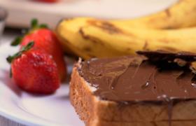 水果拼盤面包上涂抹榛子巧克力10秒高清特寫視頻