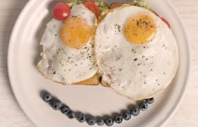 水果煎蛋面包創意笑臉愛心早餐近景特寫視頻素材