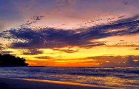 晚霞光輝映襯云層海水快速變幻美麗風景延時實拍視頻