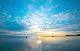 海水水面平靜天邊云彩向遠處飄動MOV延時實拍視頻