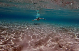 浅水海滩男子潜水游泳夏日海边游玩唯美高清视频