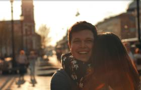 国外街头情侣欢乐甜蜜相拥HD唯美实拍视频