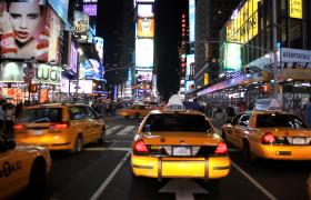 第一人稱視角駕駛夜晚穿梭于城市繁華的人群街道實拍素材