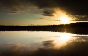 自然風光-寂靜唯美陽光照射湖風光延時攝影視頻素材